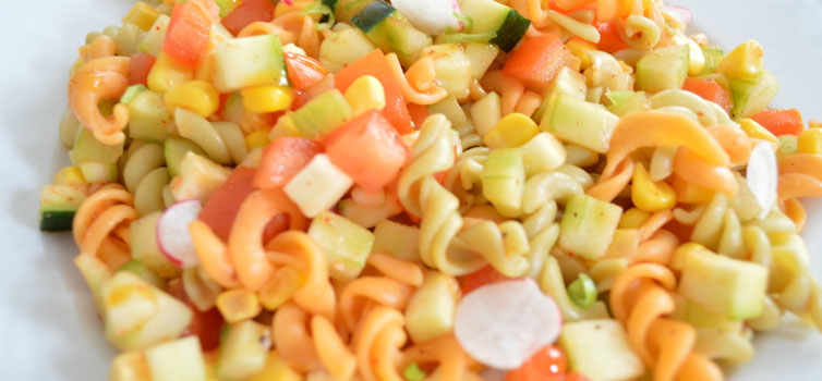 Déguster une salade de pâte durant l'été